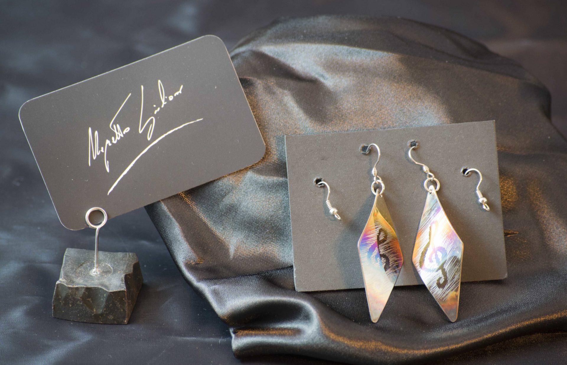 in vendita online negozio online Buoni prezzi Orecchini in acciaio con vari simboli colorati a fuoco.